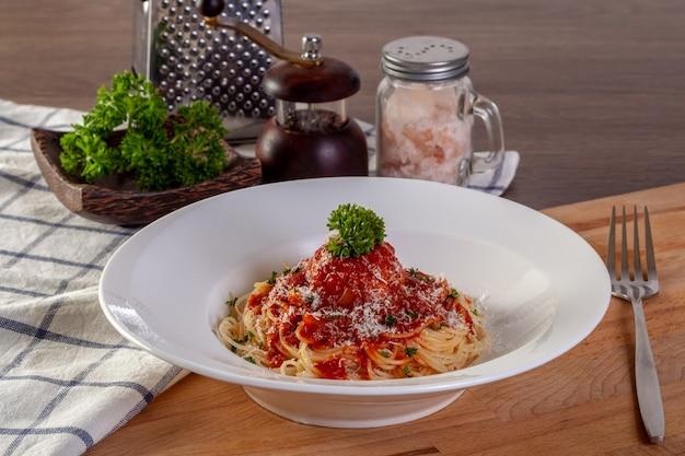 Макароны спагетти с фрикадельками и томатным соусом.