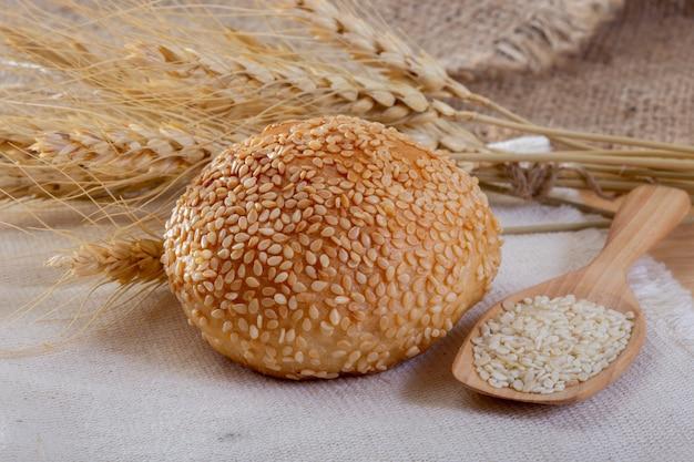 全粒粉のパンの新鮮な焼きたて