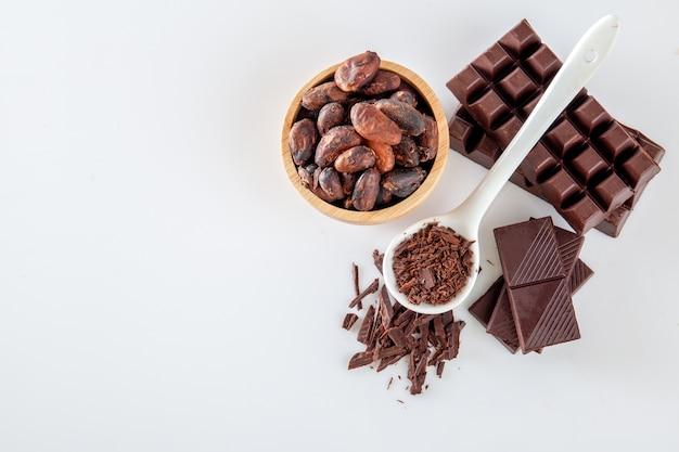 ココアと白い背景にチョコレート。