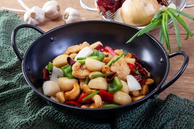 Перемешать жареную курицу с орехами кешью, тайский стиль пищи