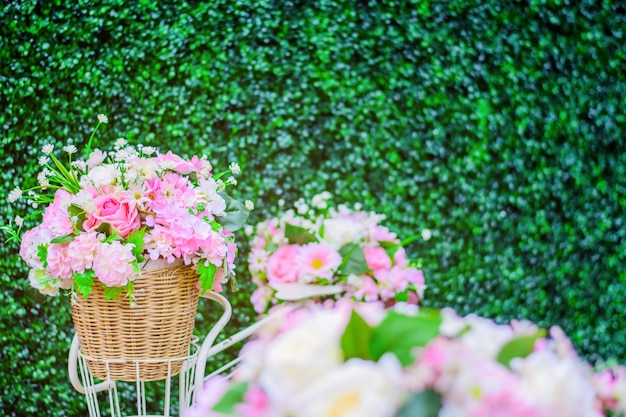 背景にガラスの花瓶に牡丹の花束。
