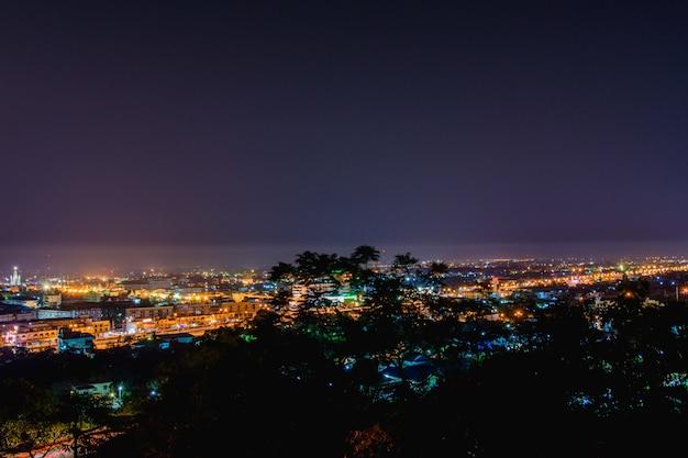 ペッチャブリーの夕暮れの風景、ペッチャブリーの町の丘の上の宮殿。