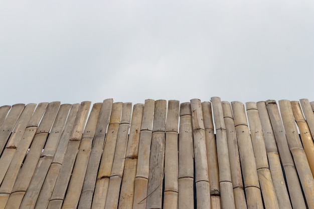 Бамбуковый забор был устроен по вертикали