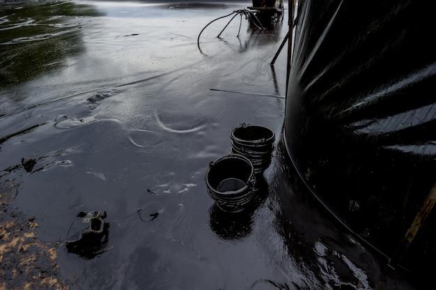 タイ、ラヨーン、サメット島の油脂性の油道具と汚染環境