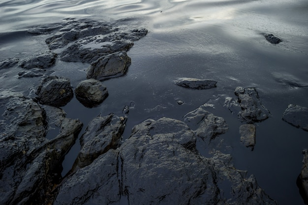 タイのラヨーンのサメット島での油流出事故で海を汚染している油スラッジ