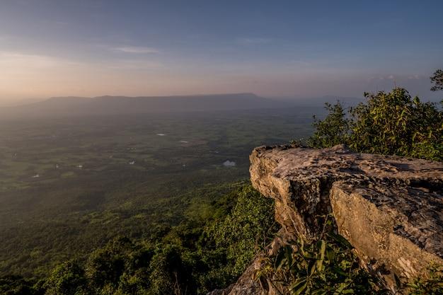 タイ、チャイヤプーム県、プーレンカ国立公園の視点での夕日。