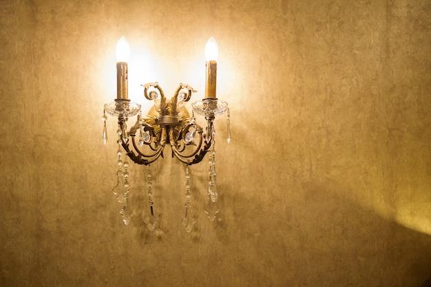 Классическая старинная барочная настенная лампа.