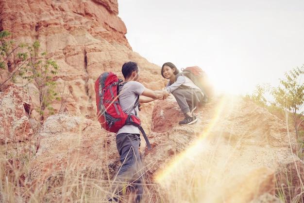 山と一緒に登山する父と娘のハイキング