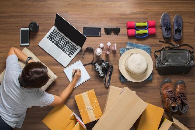 オンラインのアイデアコンセプト、ラップトップコンピューターを働く女性のトップビューを販売