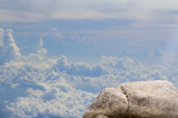 空の山の景色の上に立って