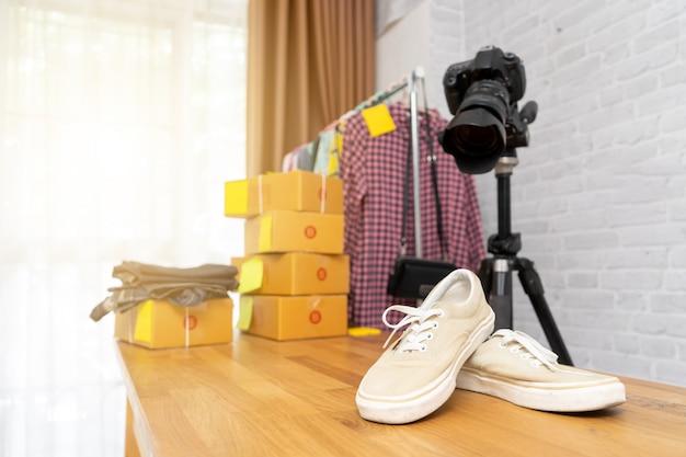 オンライン販売に投稿するためにデジタルカメラで靴に写真を撮る