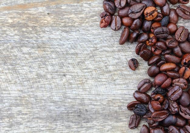 Кофе в зернах на фоне дерева