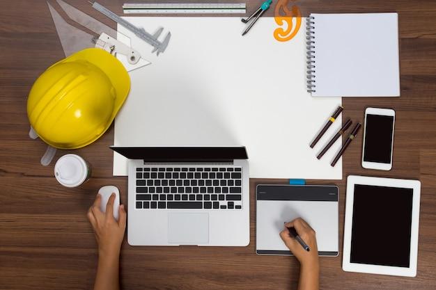 オフィスのペンの背景の手は、マウスのペン建設プロジェクトのアイデアの概念を使用して