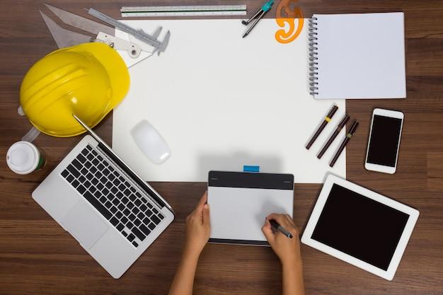 オフィスデスクの背景手書きマウスペン建設プロジェクトのアイデアコンセプト