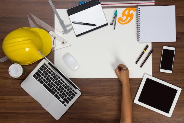 オフィスのデスクの背景ペン建設プロジェクトのアイデアの概念を書く