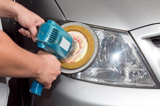 パワーバッファーマシン付きの車のヘッドライト