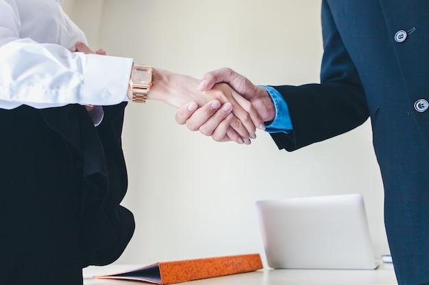 Рукопожатие мужчин и женщин бизнесменов.