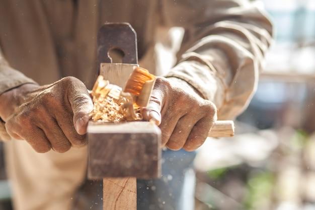 В руках плотника есть спица.