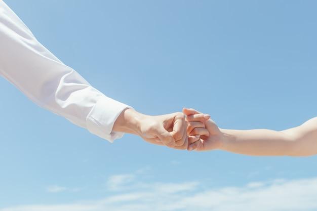旅行愛好家は互いに手を取り合って小指を誓う