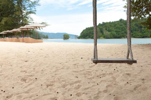ビーチで木製スイング