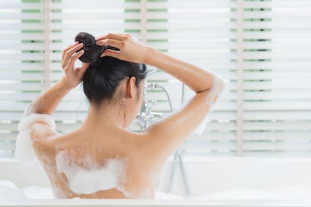 Женщины пушистые волосы