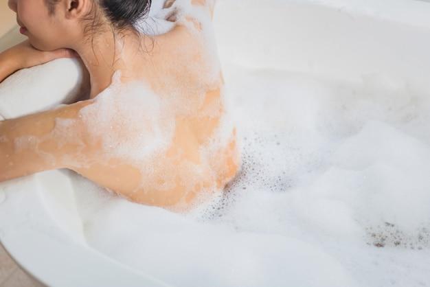 女性は石鹸を使っています。