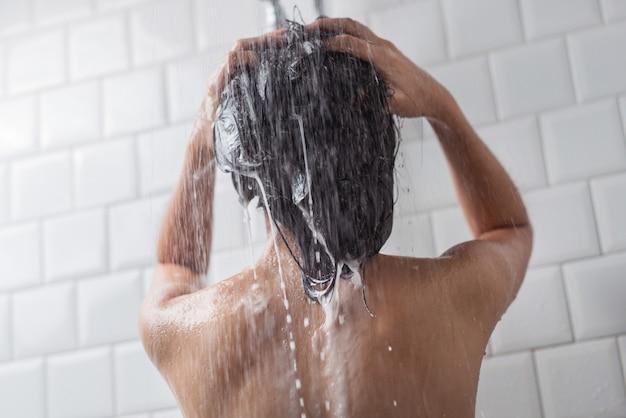 アジアの女性が入浴し、彼女は入浴して髪を洗っていた
