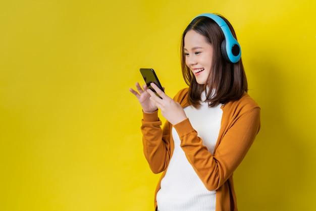 アジアの女性が音楽を聴く