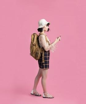 Портрет концепции перемещения счастливого туриста азиата женщины