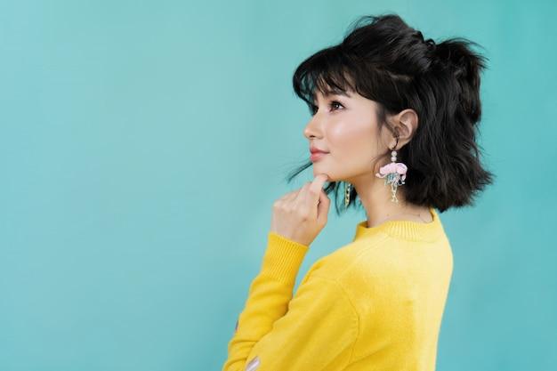 アジアの美しい女性は何かを考えています