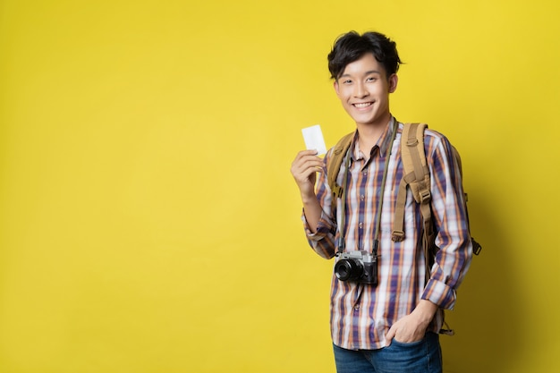 アジアの観光客のチケットは旅行する場所を予約するためにクレジットカードを使用しています