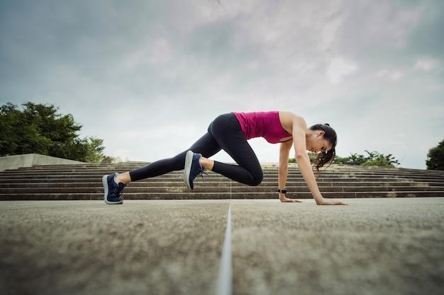 Фитнес женщина делает упражнения