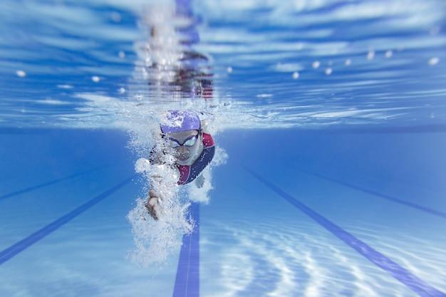 Пловец плавает в бассейне.