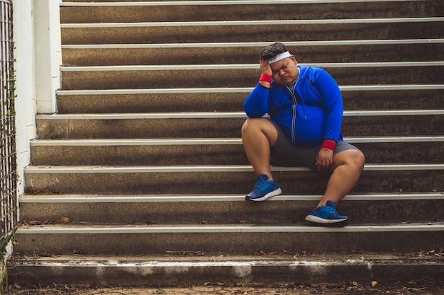 太った男は、運動をせき止め、落胆させた