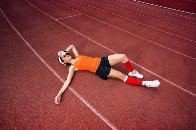 Женские бегуны сдаются на поле