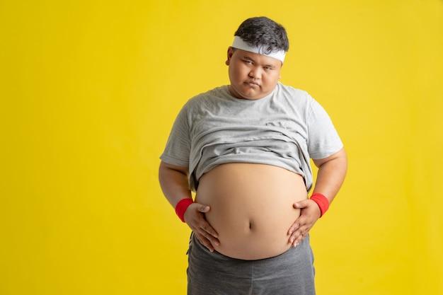 デブ男は彼の胃を見せています。