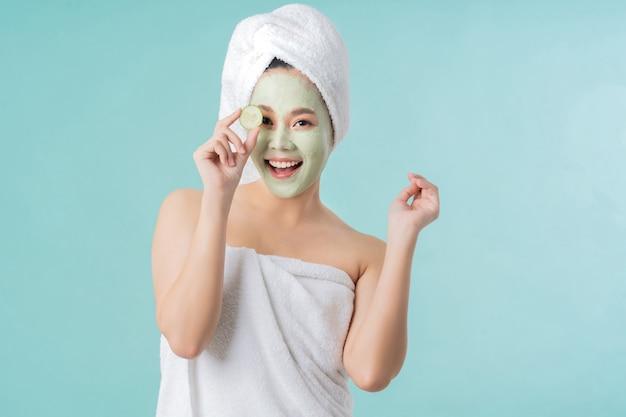 Азиатская женщина маска для лица. она счастлива и удивлена.