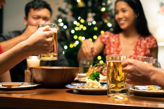 アジアのグループは、自宅でのパーティーダイニングとビールです。