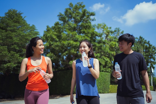 朝のジョギングアジアの友人グループ