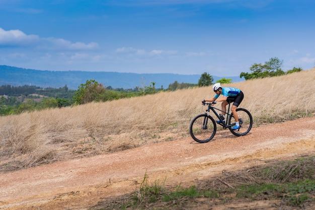 Горный байкер, тренировка велосипедиста, скоростной спуск