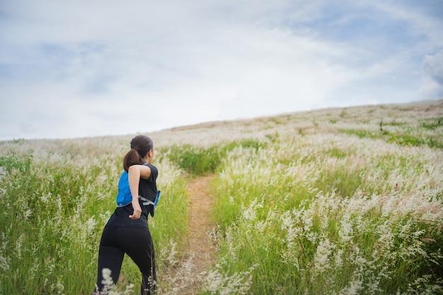 Женщина бегает и бегает по траве