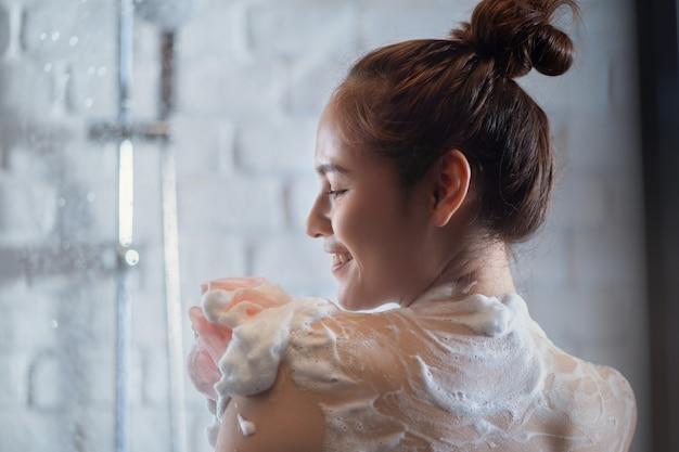 シャワー中の女性