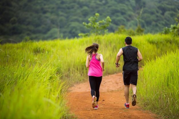 カップルは自然の中でジョギングしています