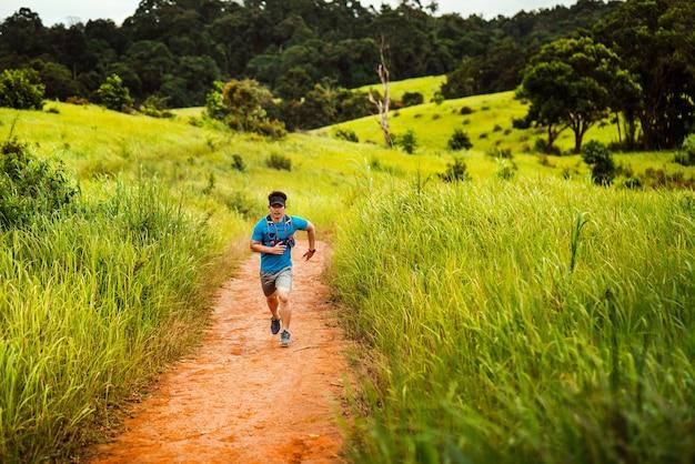 トレイルの男性ランナー。彼は山で速く走っていた