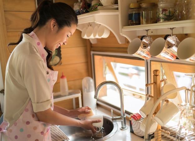 母親は家事をしている彼女は料理を洗っていた