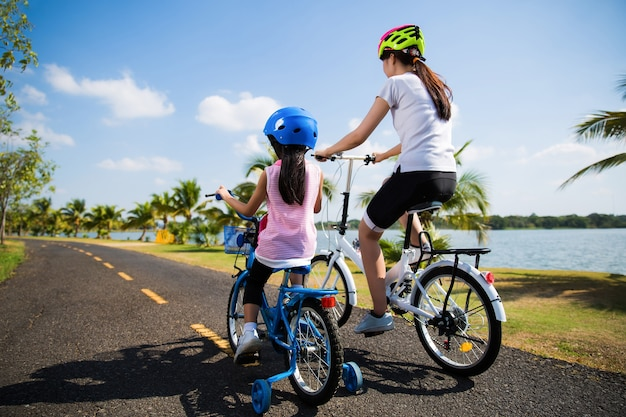 母と娘が朝、公園でサイクリングしていた