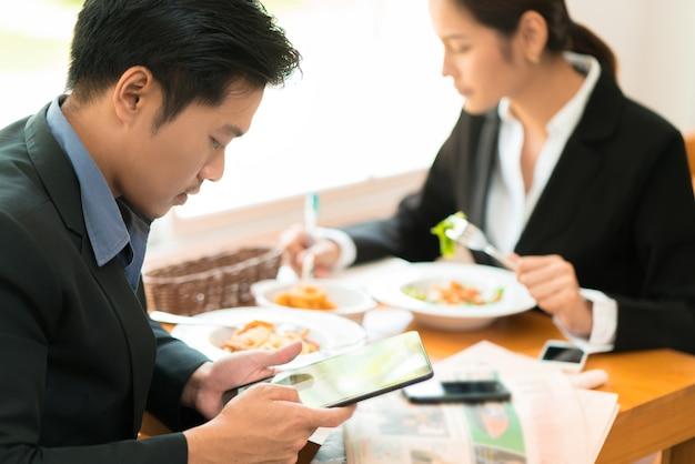 アジアのビジネス休憩、レストランでのランチ