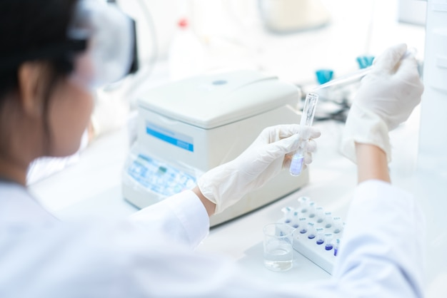 科学者たちは、薬液を試験管に試す