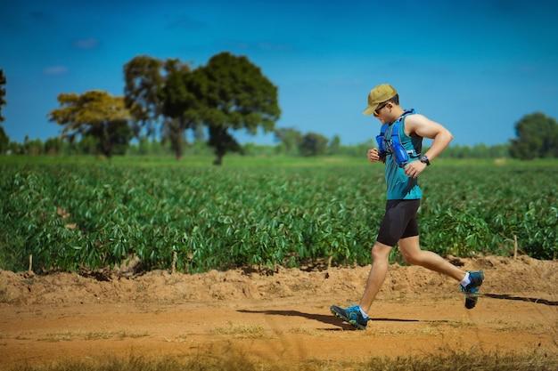 トレイルの男性ランナー。彼は速く走っていた