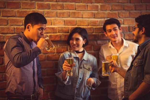 アジアの人々は、彼らがメガネビールと夕食を楽しむ祭りを祝っています
